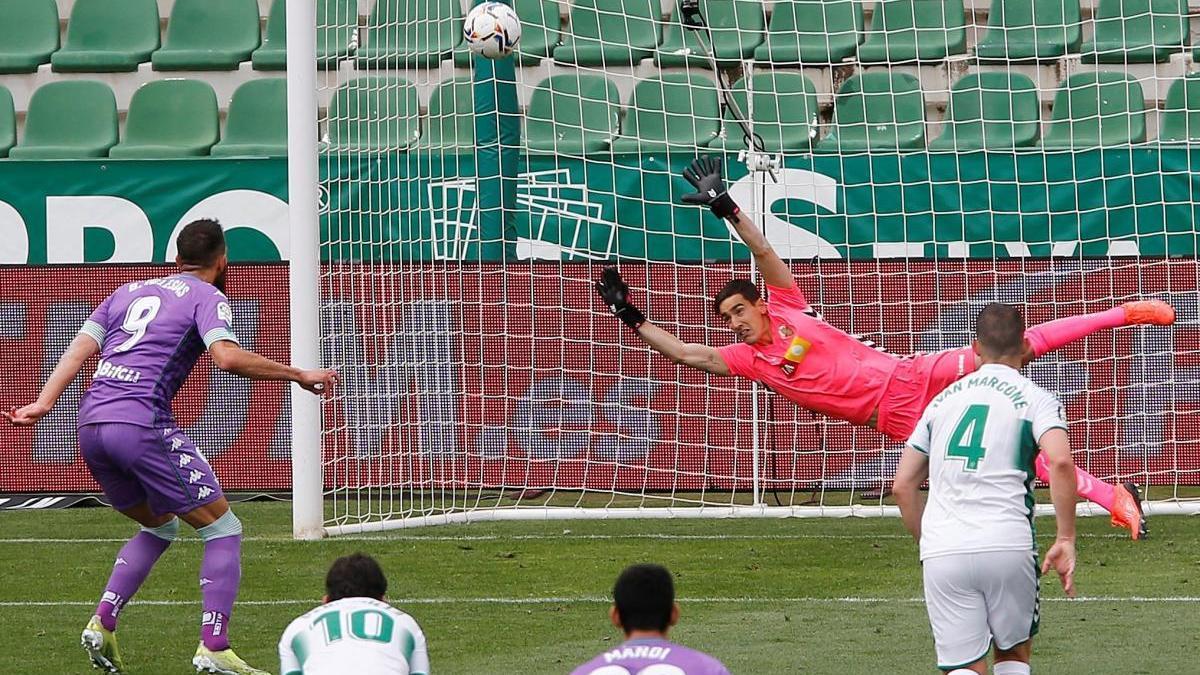 Borja Iglesias marca de penalti el gol del Betis.