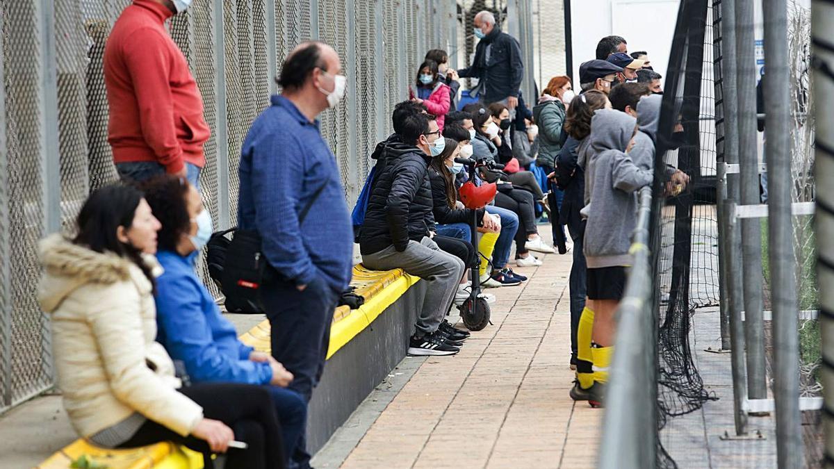 La flexibilización de las restricciones sanitarias permite, tras la denuncia de la Federación de Fútbol, retomar las competiciones deportivas.   EDUARDO RIPOLL