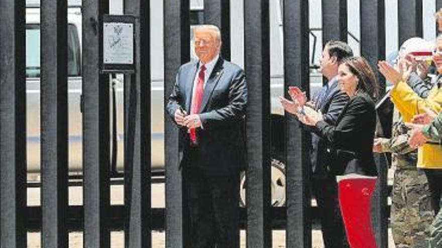 Un Trump acorralado endurece su discurso