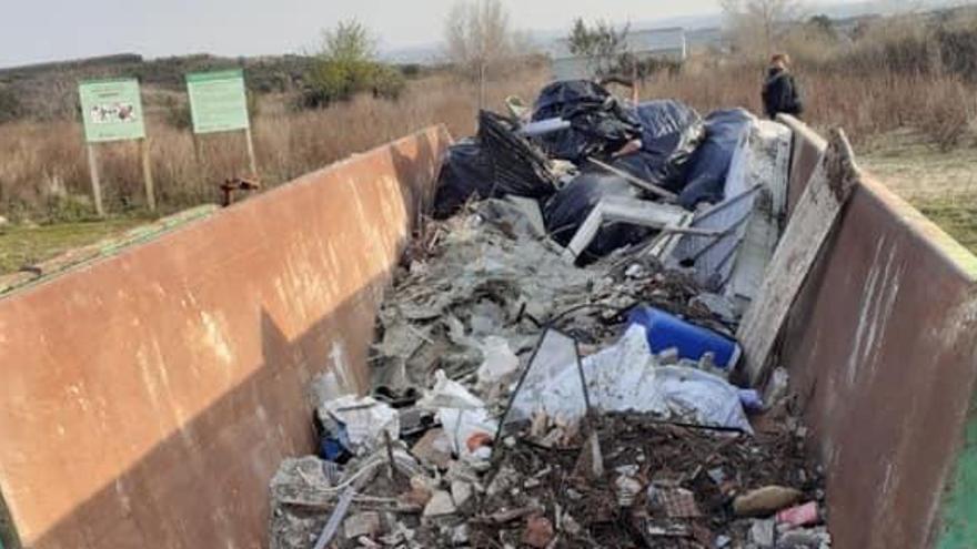 Interns de la presó de Figueres netegen de runa l'entorn de la bassa dels Terrissers