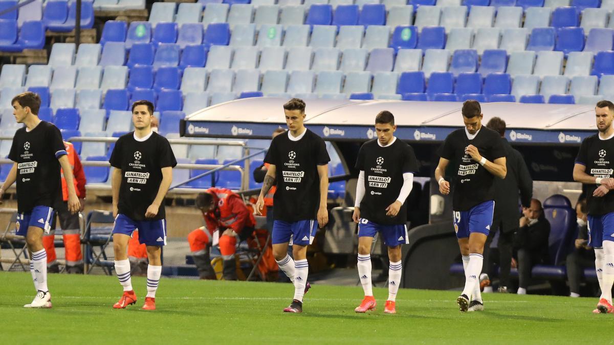 Los jugadores del Zaragoza saltan al campo antes del duelo ante el Sporting.