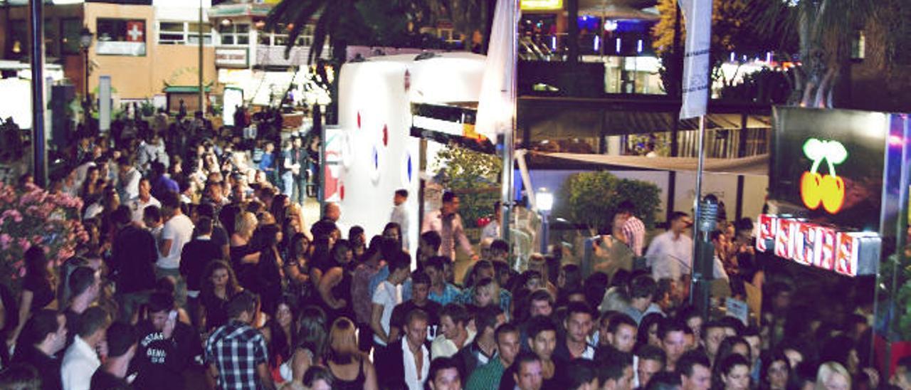 Un grupo de clientes aguarda su turno en cola en la puerta de la discoteca Pachá de Playa del Inglés para entrar en la terraza