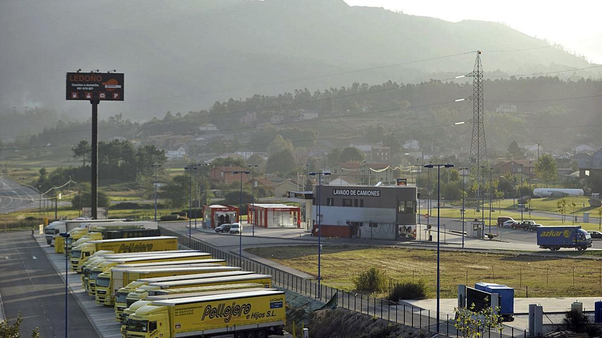 Parte del centro logístico de Ledoño, con camiones aparcados junto al recinto. |   // JUAN VARELA