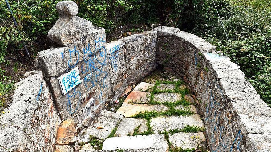Acto vandálico, con pintadas y basura, en la Fonte dos Caños, ubicada en Eirís de Abaixo