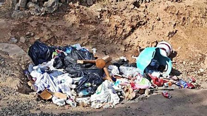 Multas de 3.000 euros por vertidos de residuos en los caminos de Llucmajor