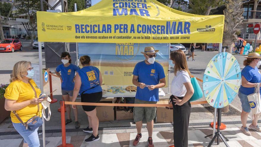 Campaña para concienciar sobre la importancia del reciclaje en las playas de Benidorm