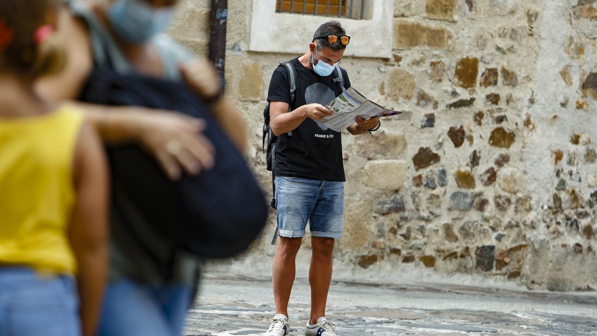 Turistas pasean por la ciudad monumental de Cáceres, destino favorito