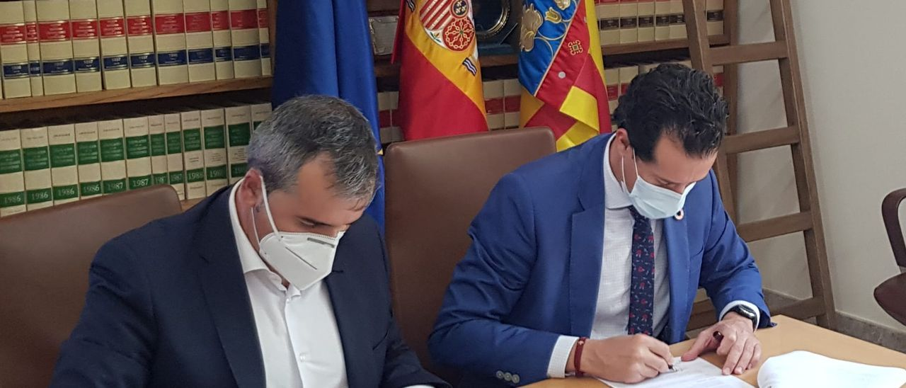 Los alcaldes de Aspe y Elda firmando el convenio de las bolsas de trabajo compartidas.
