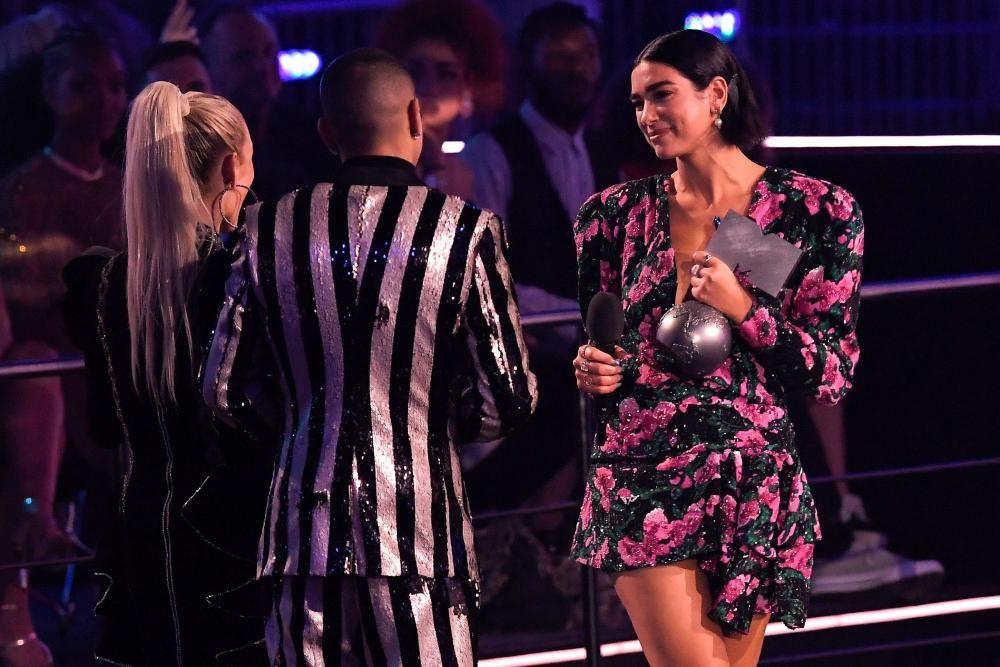 La cantante británica Dua Lipa con el premio a mejor cantante Pop. LLUIS GENE / AFP