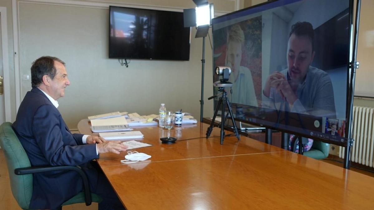 El alcalde, Abel Caballero, durante la reunión por videoconferencia con los responsables de Ryanair.
