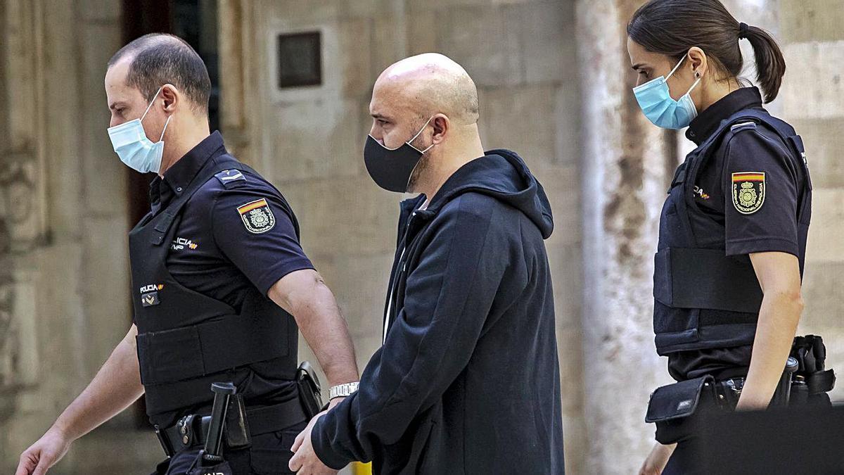 El condenado por abusos sexuales a su hija, ayer, al entrar al juicio en la Audiencia.