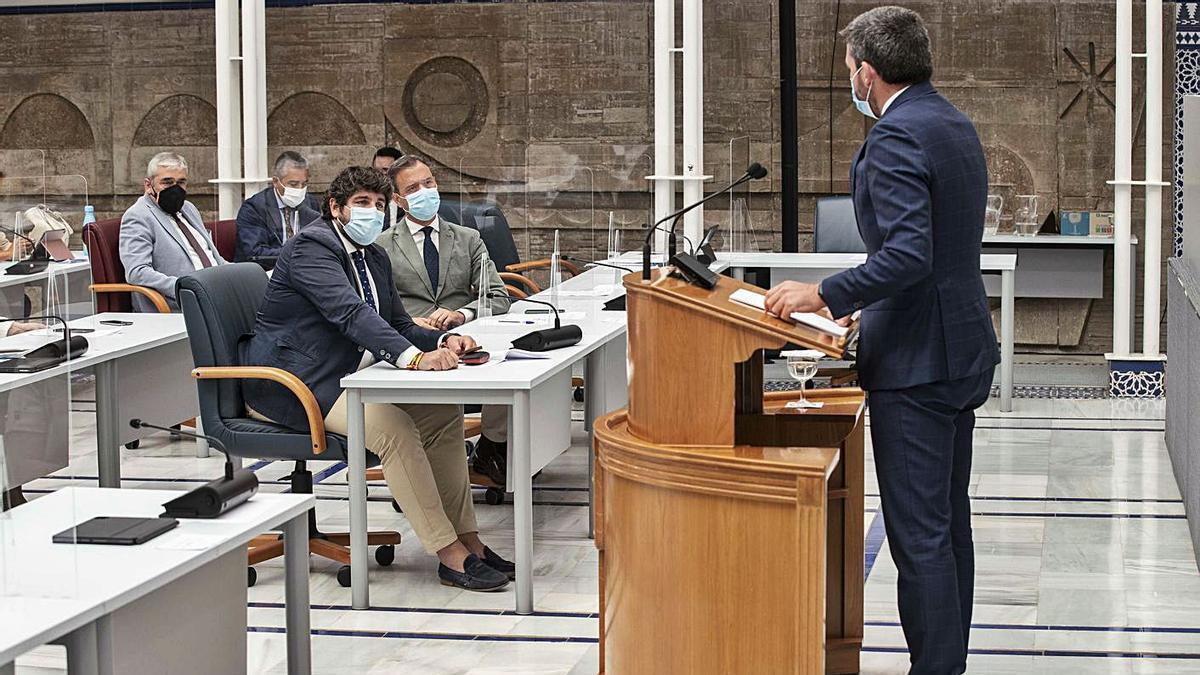 El consejero Luengo se dirige al presidente Miras durante su comparecencia ayer.