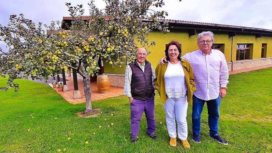 Un camino entre pucheros: mesa puesta entre manzanos en Carreño