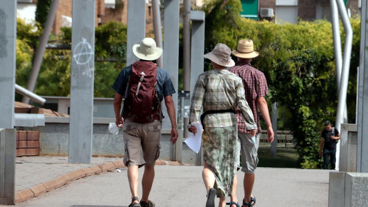 Tres turistes amb el cap cobert a Lleida