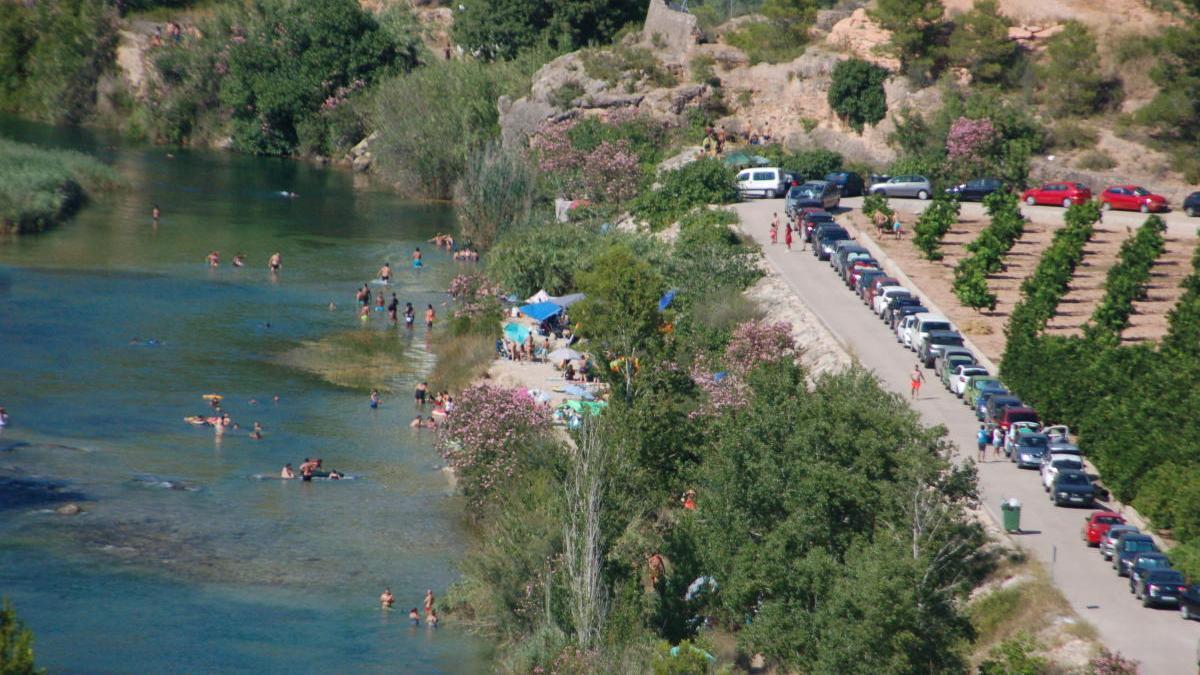 Decenas de vehículos aparcados el domingo junto al río, en un paraje de Antella que linda con el núcleo urbano de Sumacàrcer.