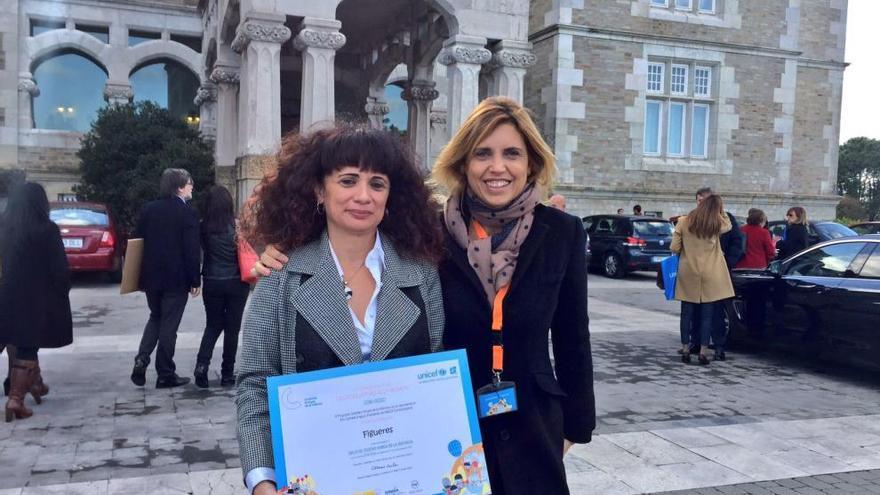 Marta Felip i Núria Galimany tenen a les mans el títol de Ciutat Amiga de la Infància