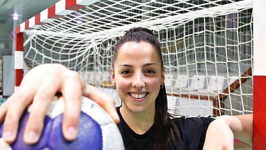 """Montilla vuelve a la cancha de balonmano: """"Cada día me encuentro mejor"""", asegura la extremo del Liberbank al reaparecer tras un año lesionada"""