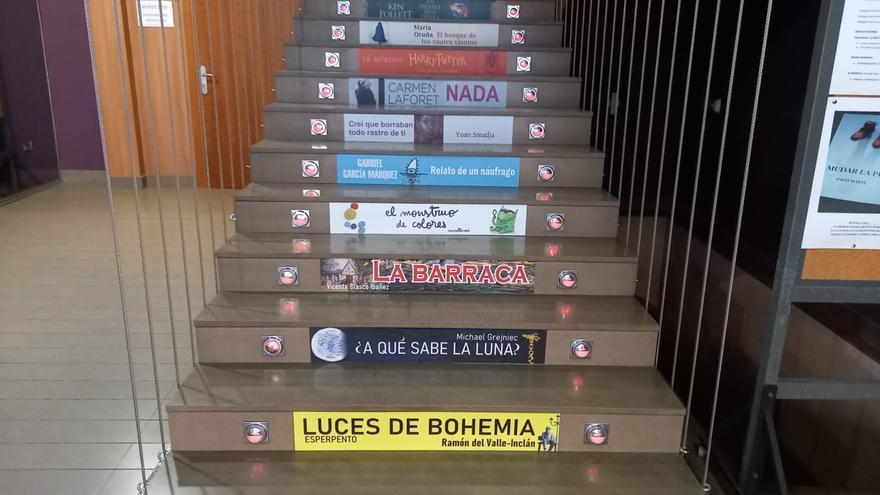 La casa de la Cultura de Utiel viste su escalera de literatura