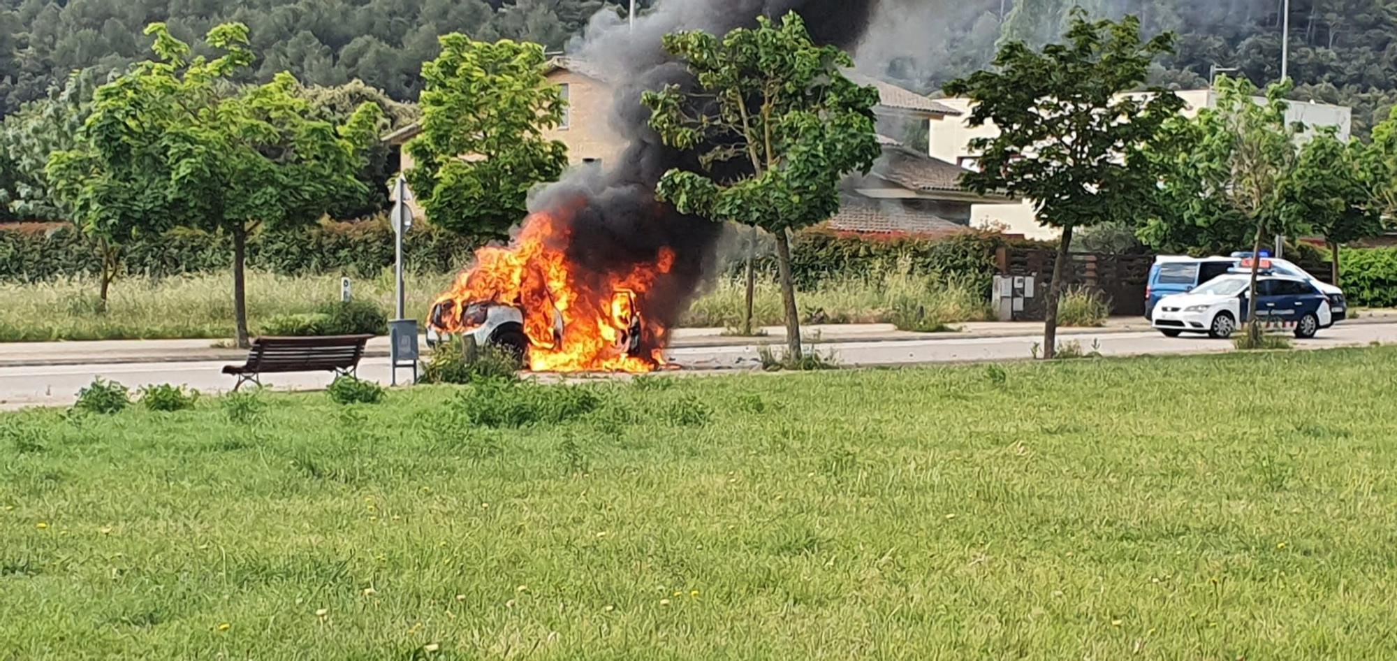 Un detingut a Celrà després de fugir dels Mossos amb el cotxe que ha acabat cremat