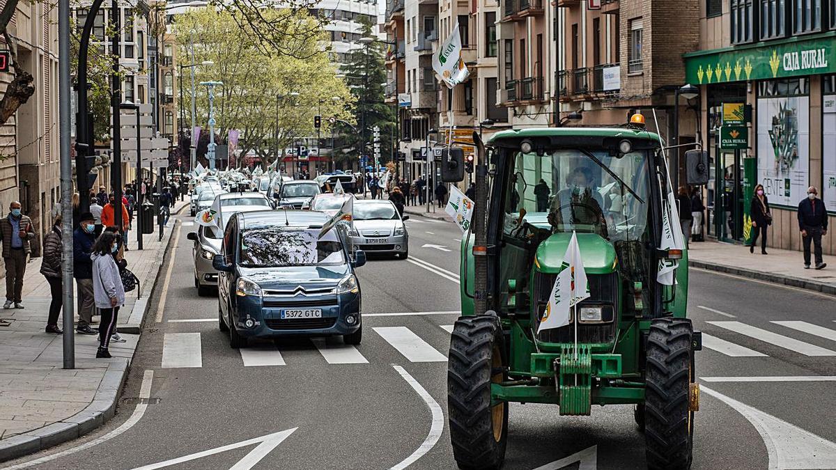 La caravana, encabezada por un tractor, avanza por la avenida de Alfonso IX. | Emilio Fraile