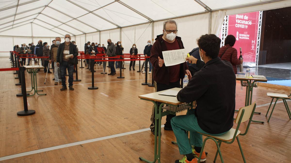 Sanitar prevé vacunar a cerca de 6.000 personas en el Auditori de Castelló hasta mañana que cerrará.
