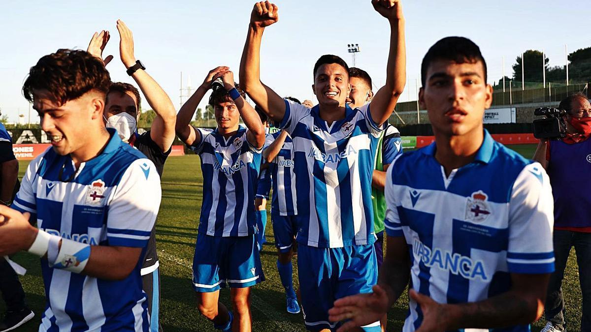 Los jugadores del Juvenil celebran la clasificación para la final después de ganar al Madrid.    // RFEF