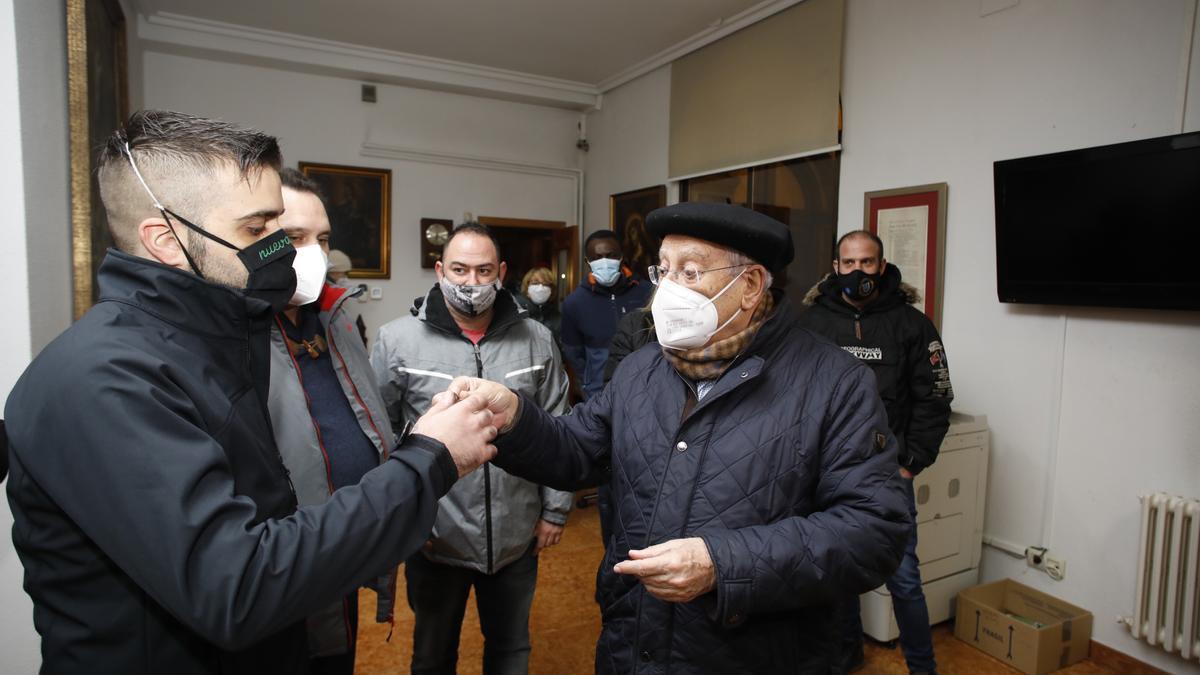 Javier Gómez Cuesta, en el centro, recibiendo a los hosteleros que se encerraron el viernes en San Pedro