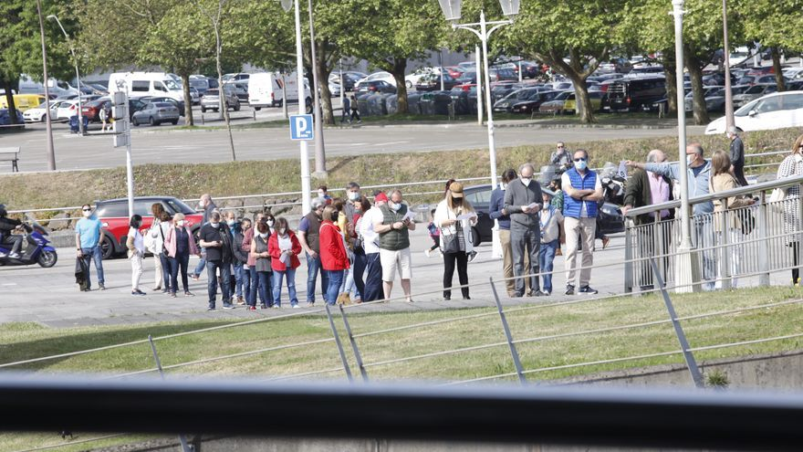 Las claves de las colas para vacunarse en Gijón: un problema cultural que empeora con los récord