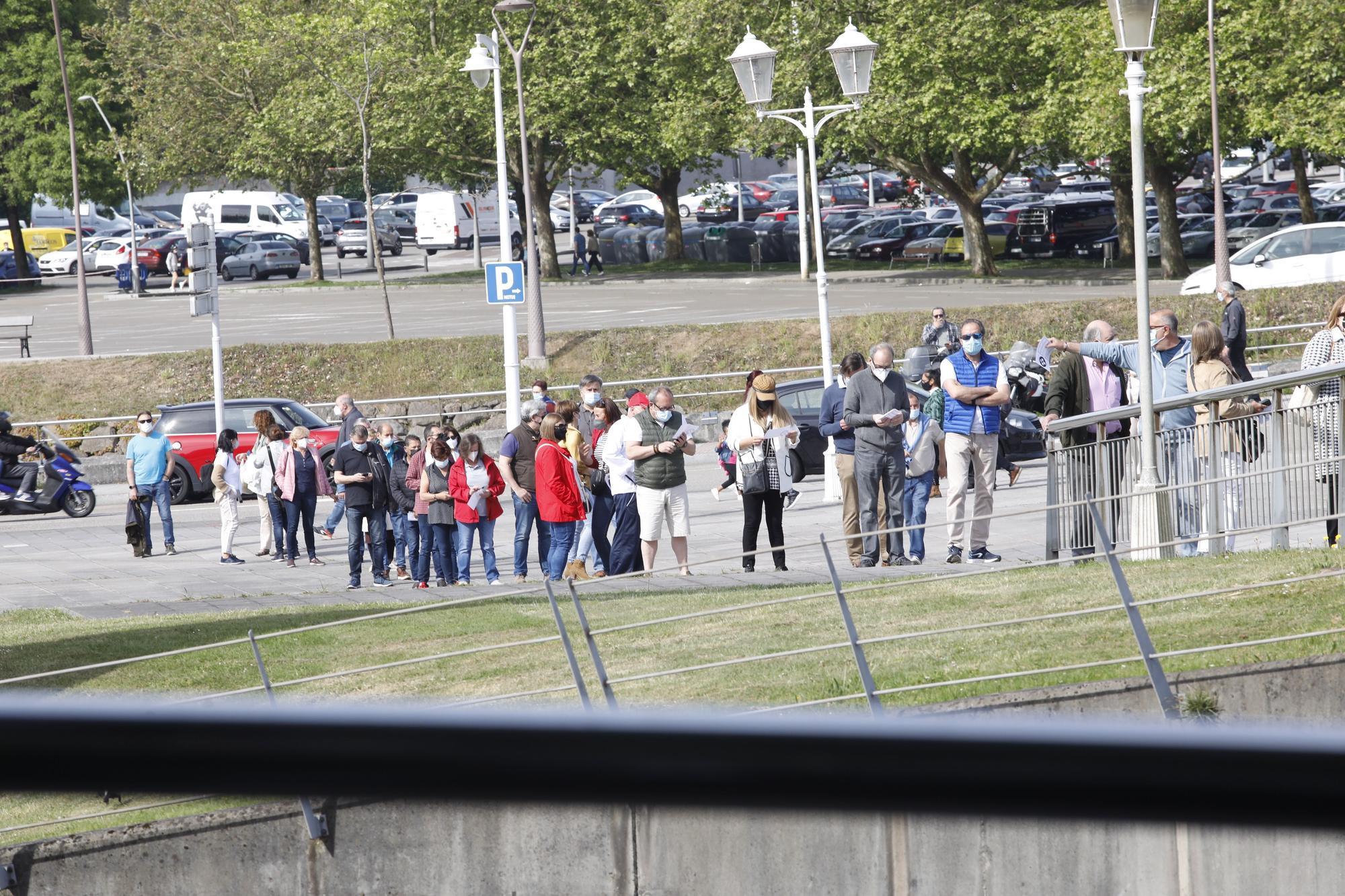 Otra jornada de colas para vacunarse en Gijón