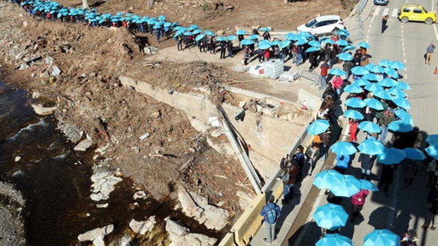 Unes mil persones amb paraigües blaus recorden víctimes de riuades octubre