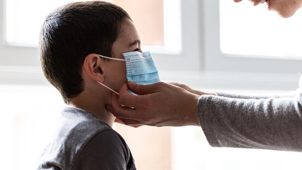 Un niño, con un mascarilla para protegerse ante el coronavirus