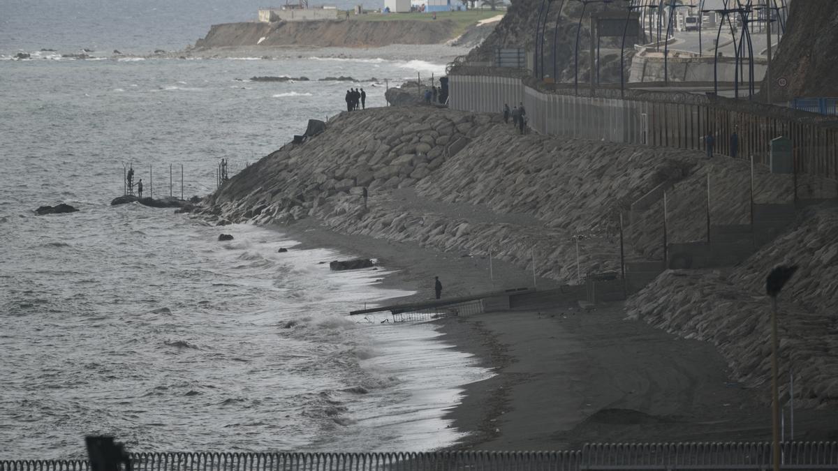 La playa del Tarajal con la frontera de Marruecos.