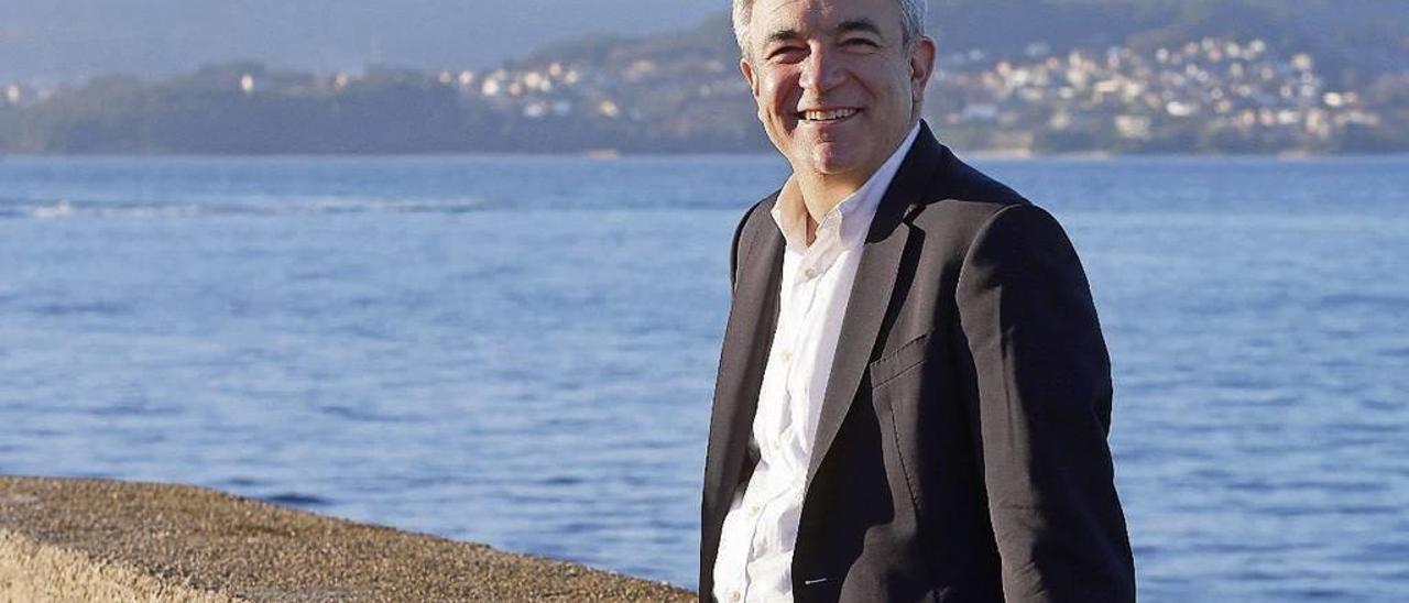Luis Garicano, el lunes con la ría de Vigo de fondo. // Marta G.Brea