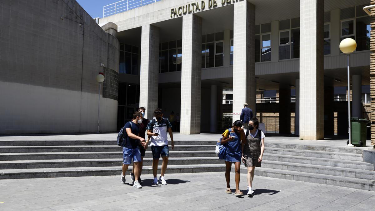 Estudiantes recién salidos del primer examen de la Evau, este lunes.