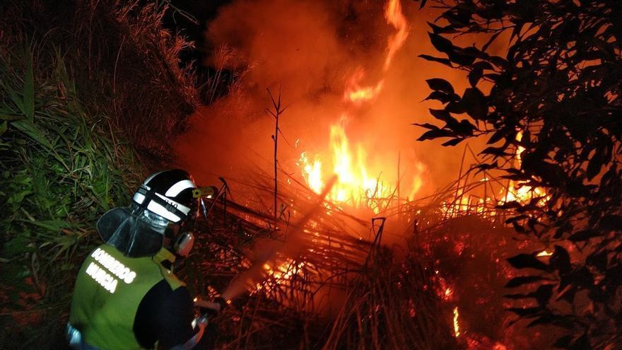 Más de dos horas para sofocar un incendio en la Era Alta de Murcia