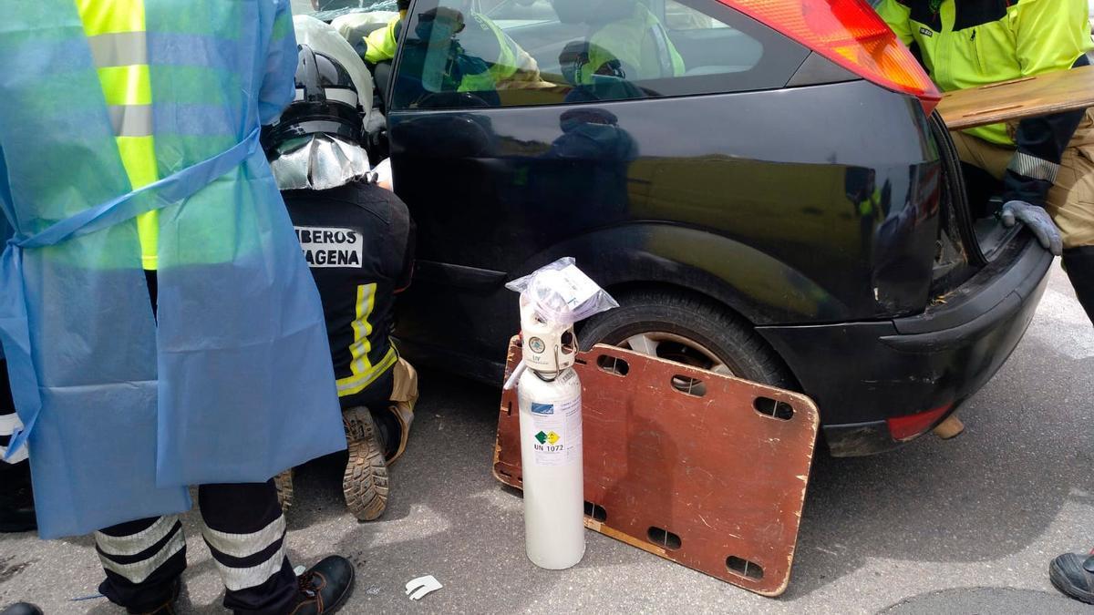 Atrapada en su vehículo tras colisionar con otro en Cabezo Beaza.