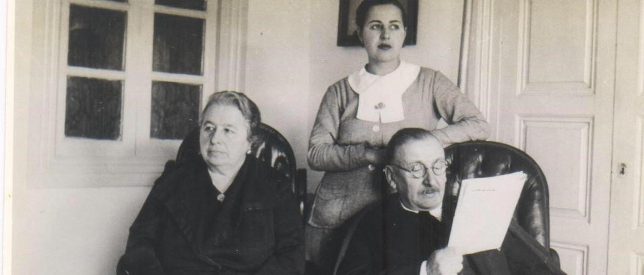 Joaquín María Fernández, junto a su mujer, Ana Rodríguez  Noriega, y su hija Mercedes,  en Colombres, en 1937..