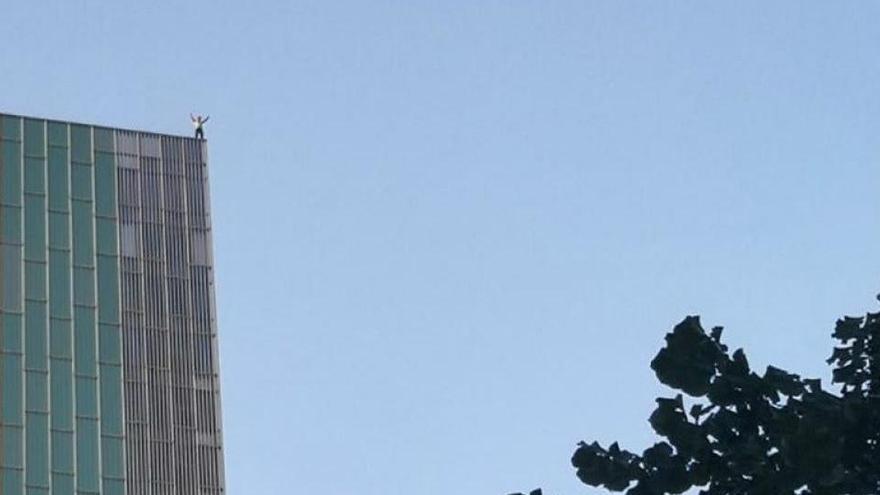 L'escalador Leo Urban s'enfila a l'hotel Melià Barcelona Sky sense equip d'escalada i acaba multat