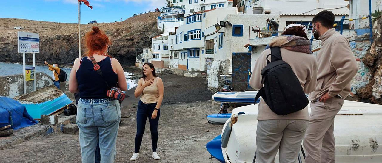 Los jóvenes del PFAE Rincones durante el rodaje de los vídeos promocionales '¿Has estado alguna vez?' en la playa de Tufia.     ALUMNADO DEL PFAE RINCONES DE TELDE
