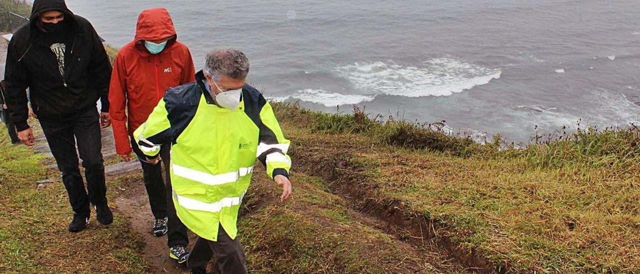 Jorge Carbajales, responsable del desarrollo del proyecto, Gonzalo Asenjo e Ignacio García Palacios, ayer, realizando un pequeño tramo del recorrido. | T. Cascudo