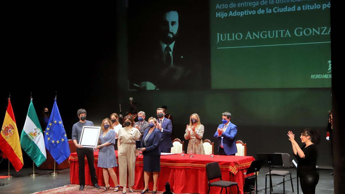 Córdoba entrega la distinción a Julio Anguita de Hijo Adoptivo de la Ciudad a título póstumo