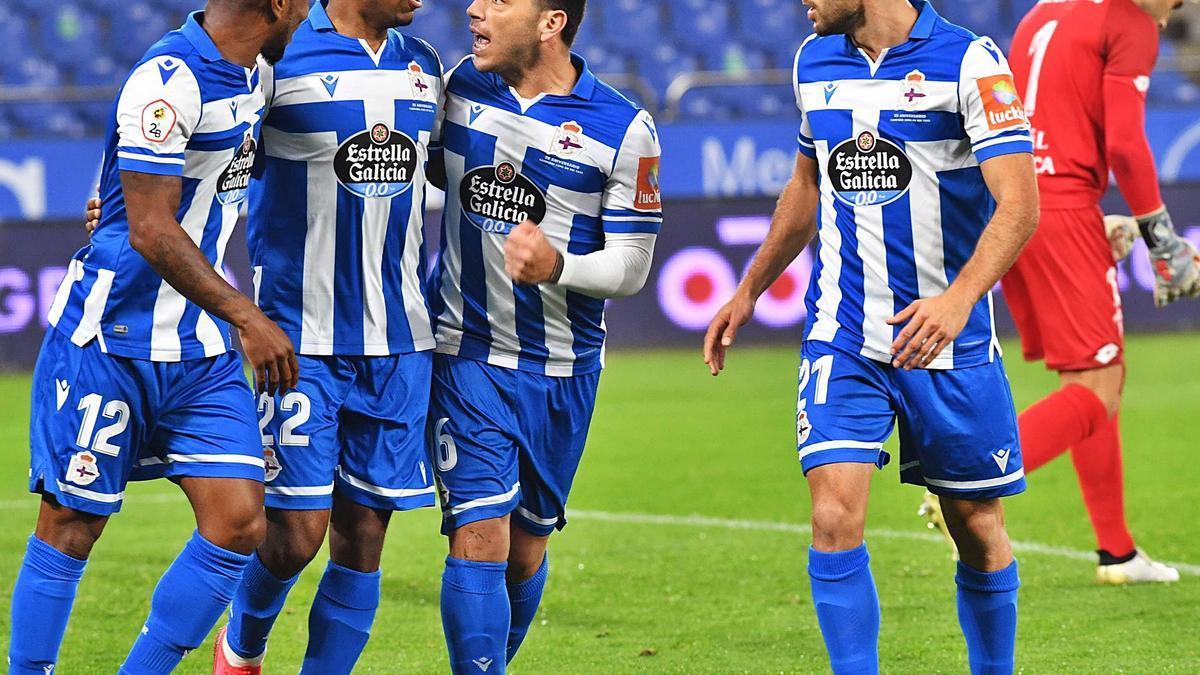 El debutante Diego Rolan, entre Beauvue y Nacho, tras marcar de penalti el gol de la victoria. |  // VÍCTOR ECHAVE