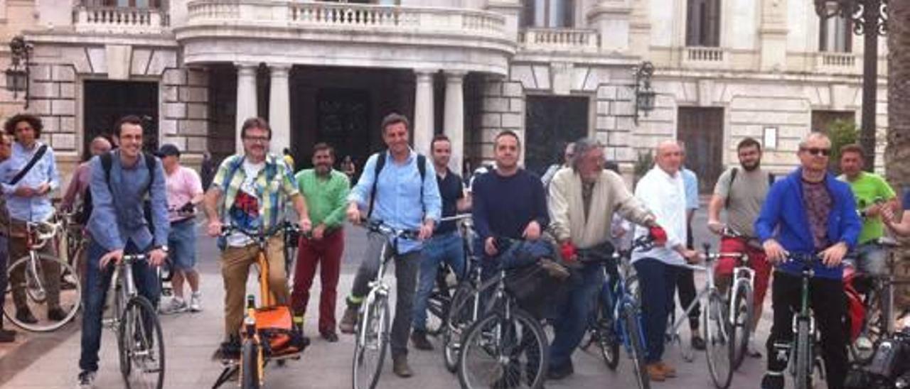 Valencia cambiará la norma para multar a peatones que crucen pendientes del móvil