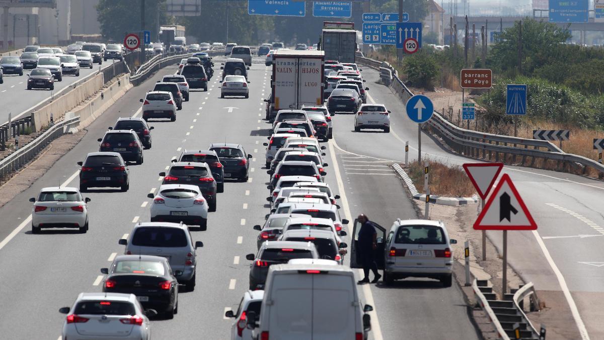 Una caravana de vehículos en una autopista.