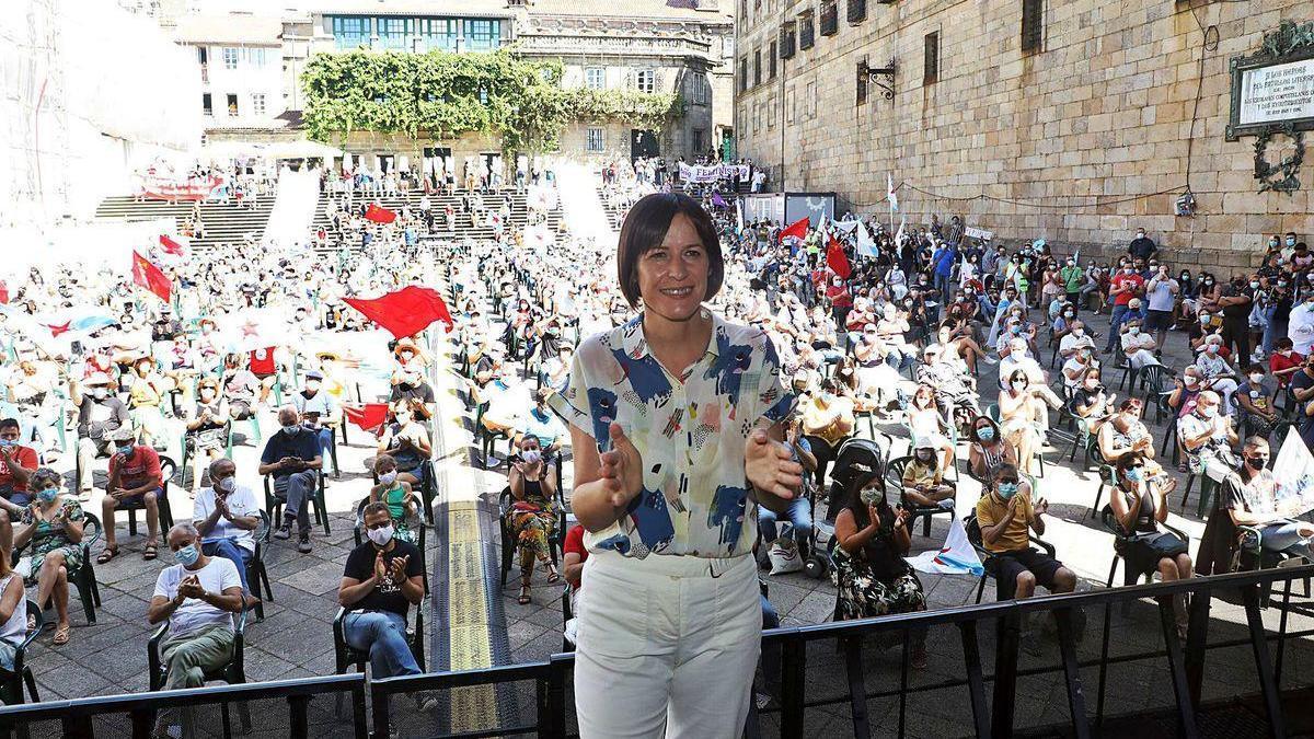 Ana Pontón ante la plaza de A Quintana de Santiago antes de pronunciar su discurso en el Día da Patria.