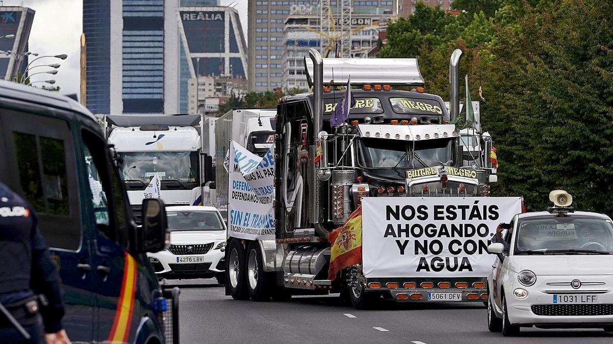 Vehículos con pancartas en el Paseo de la Castellana de Madrid.  José Luis Roca   JOSÉ LUIS ROS