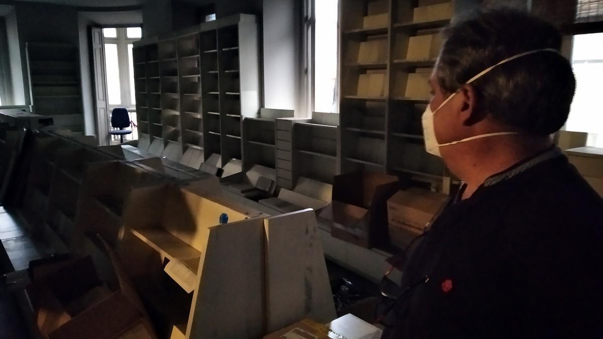 Jesús Otaola, a primera hora de la mañana en una planta de Proteo desalojada de libros.