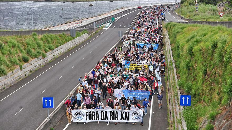 """Un millar de vecinos marcha contra Ence: """"Estaremos aquí los años que haga falta"""""""