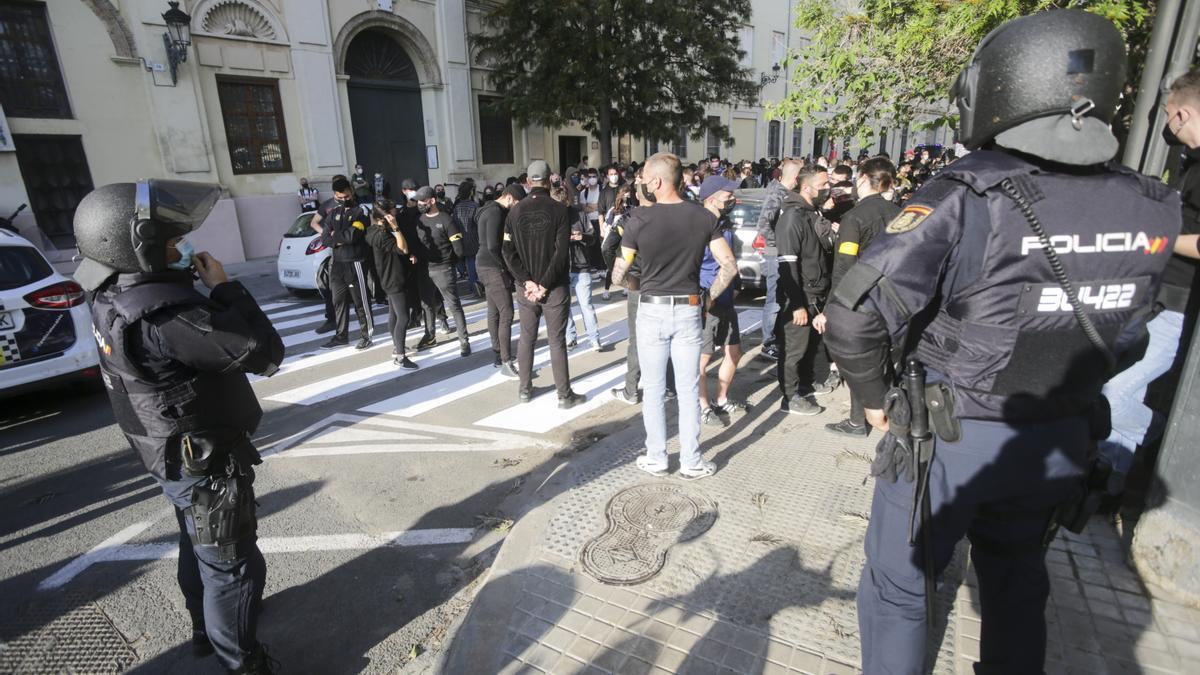 Agentes de policía antes de la manifestación antifascista del sábado.  e.ripoll