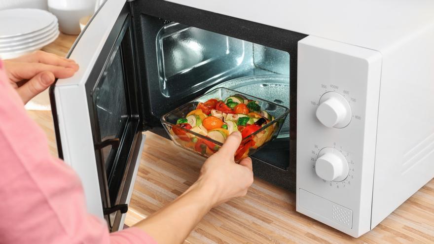 Estas son las 10 cosas que no debes meter en el microondas